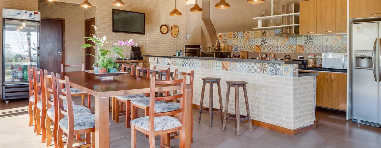 Casa de Campo: Salas de jantar campestres por Juliana Lahóz Arquitetura