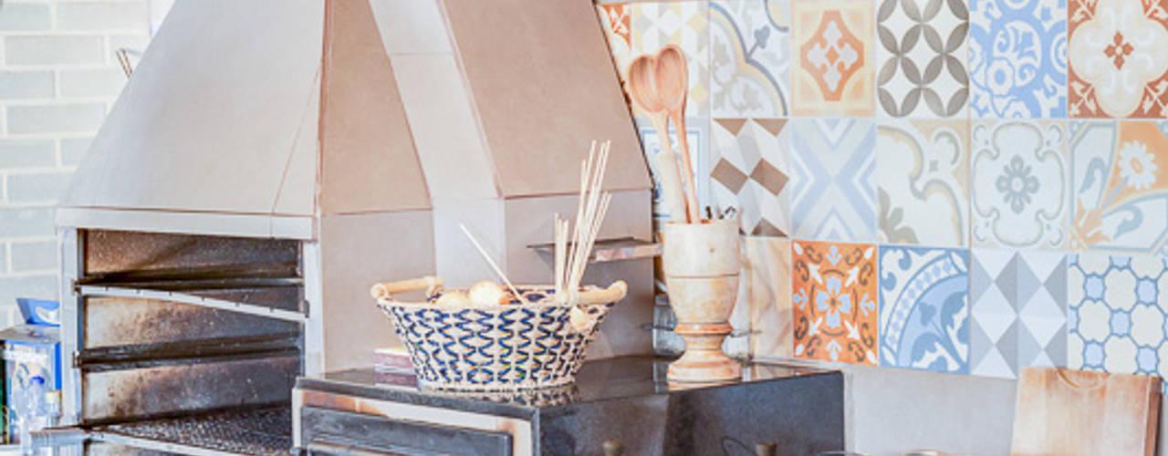 Cocinas de estilo rural por Juliana Lahóz Arquitetura