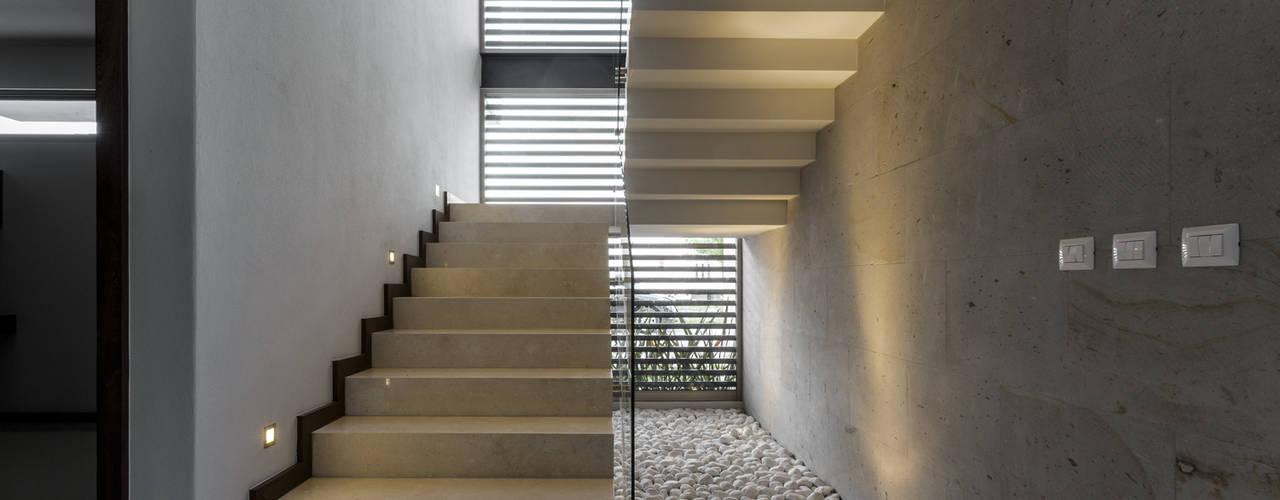 Pasillos y vestíbulos de estilo  por 2M Arquitectura