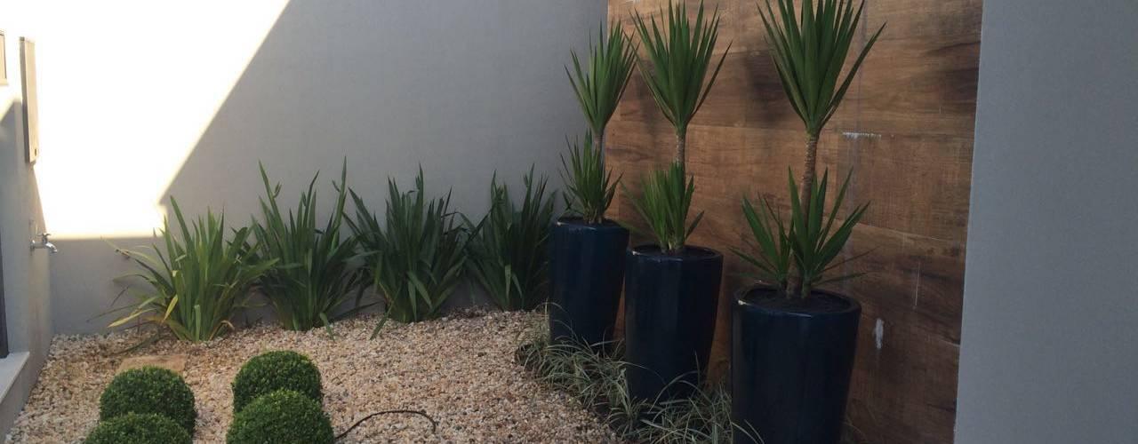 Giardino tropicale di Eneida Lima Paisagismo Tropicale
