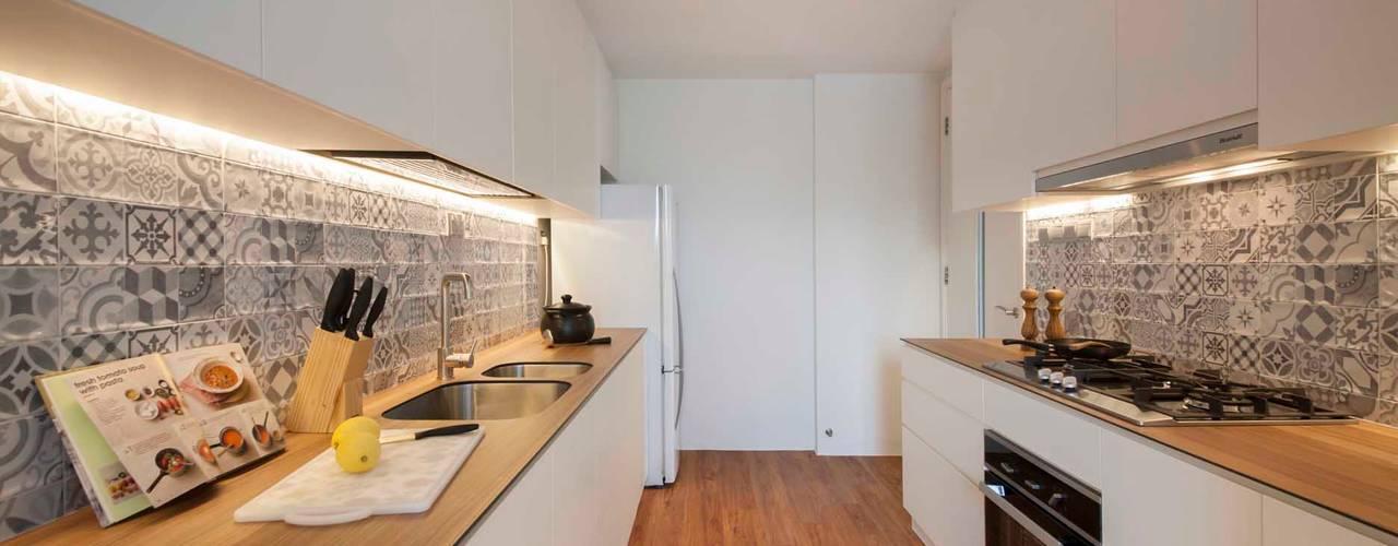 Cocinas de estilo  por Eightytwo Pte Ltd