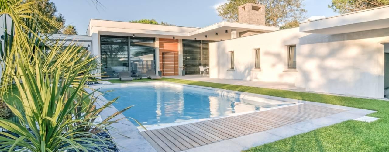 Construction d'une maison plain-pied spacieuse et luxieuse: Maisons de style  par Archionline