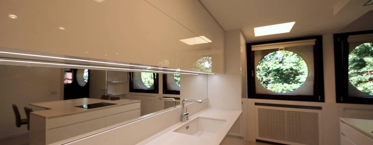 Dettaglio del top con lavello: Cucina in stile in stile Minimalista di Falegnameria Ferrari