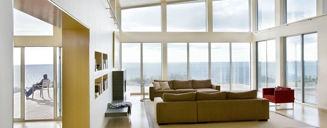 Phòng khách by ZeroEnergy Design