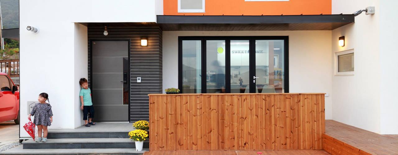 Terrazas  de estilo  por 주택설계전문 디자인그룹 홈스타일토토, Moderno