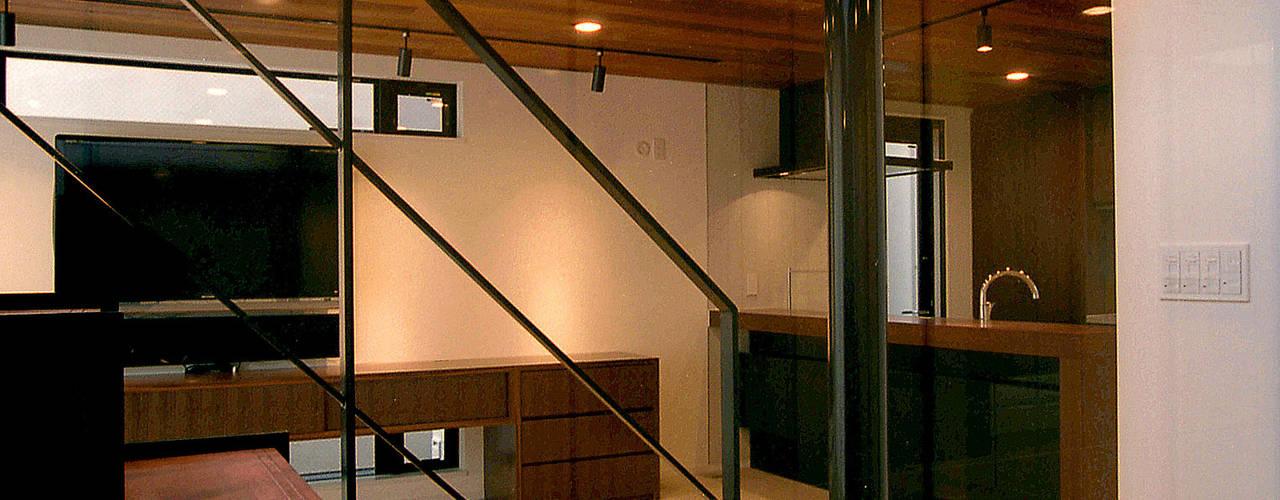 オープンテラスの家・OPEN TERRACE HOUSE: 大坪和朗建築設計事務所  Kazuro Otsubo Architects が手掛けた廊下 & 玄関です。,