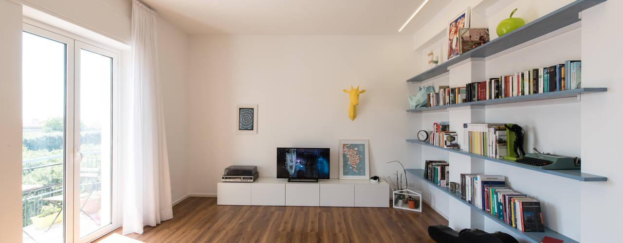 casa S: Soggiorno in stile  di Alessandro Ferro Architetto