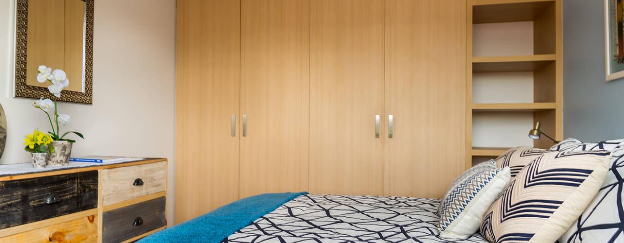 Dormitorios de estilo  por Erika Winters® Design
