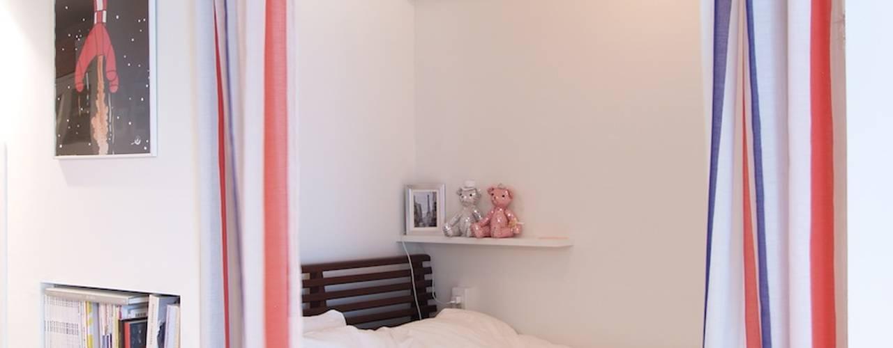 ritmico-シンプルな白基調に、西海岸の風を モダンスタイルの寝室 の 株式会社ブルースタジオ モダン