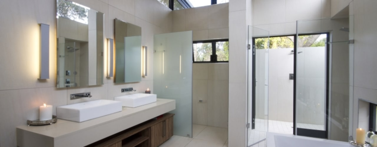 Let The Light In:  Bathroom by Spiro Couyadis Architects,