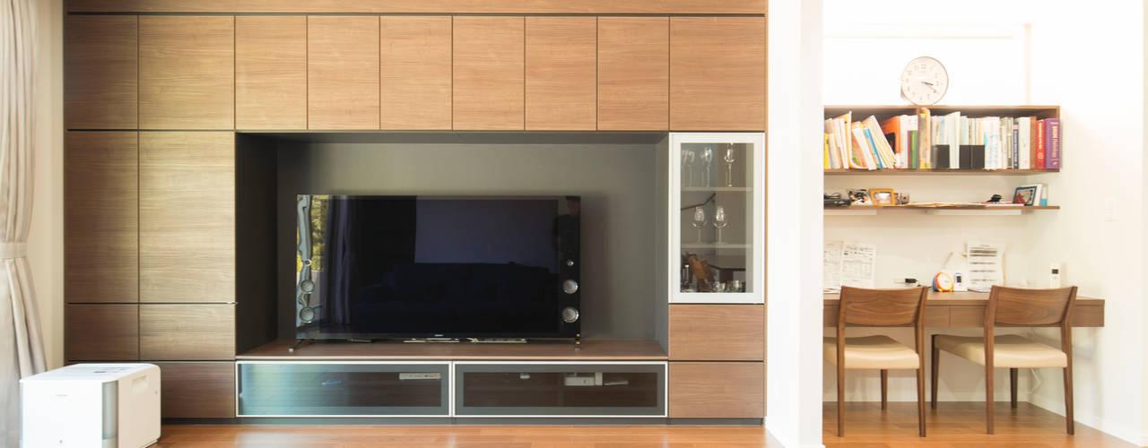 上品な色合いが印象的な、心地よい家 モダンデザインの リビング の ナイトウタカシ建築設計事務所 モダン