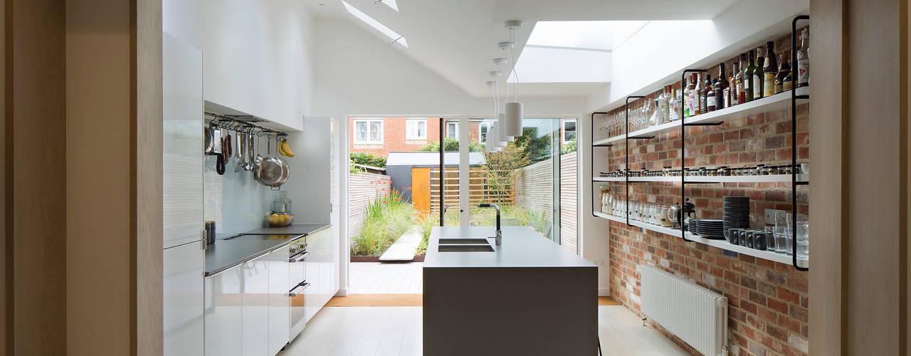 Berkshire Townhouse: modern Kitchen by Guttfield Architecture