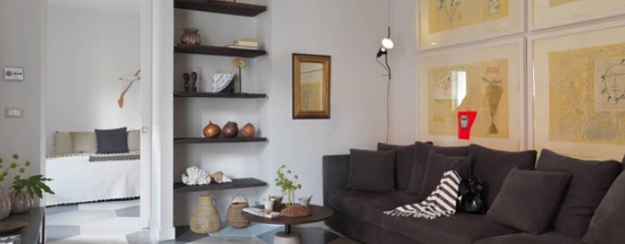 soggiorno casa al mare colori naturali: Soggiorno in stile  di architettotorregrossa