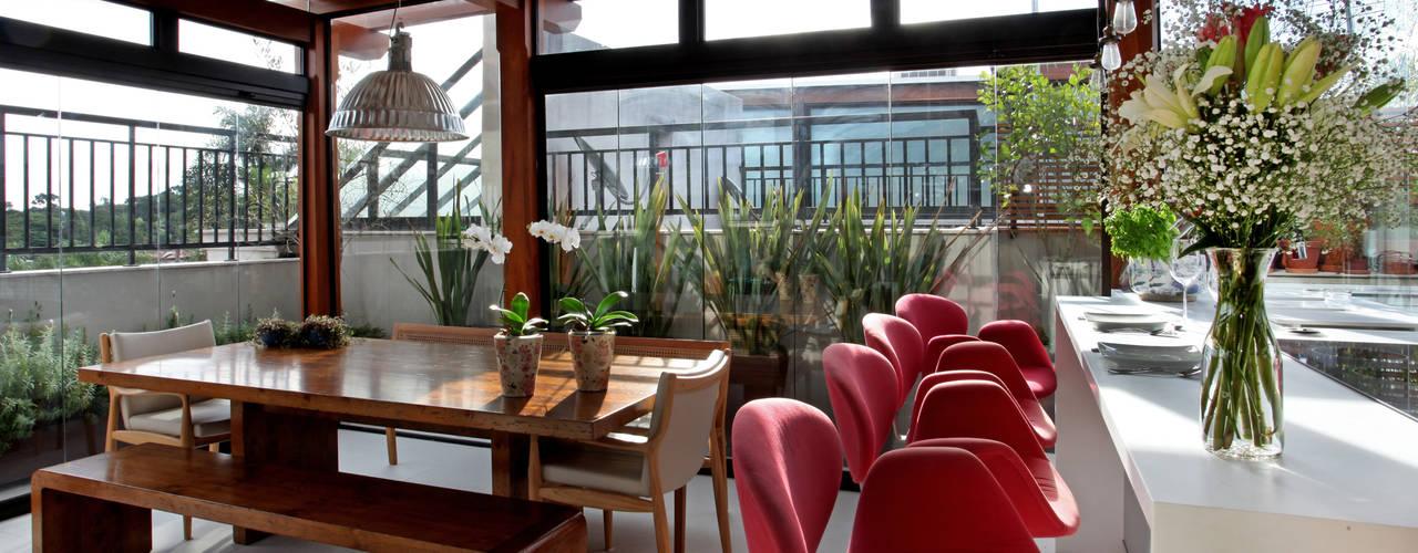 Cobertura duplex em Alto de Pinheiros: Cozinhas  por Célia Orlandi por Ato em Arte