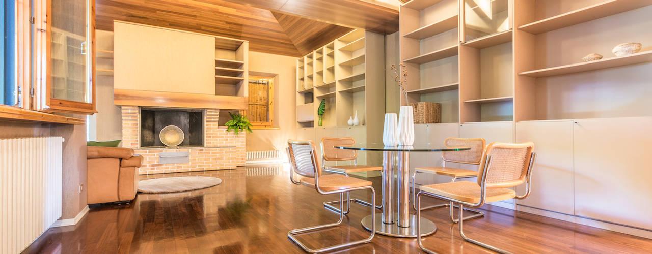 ALLESTIMENTO DI HOME STAGING IN UNA MERAVIGLIOSA VILLA ANNI OTTANTA: Sala da pranzo in stile  di Mirna.C Homestaging