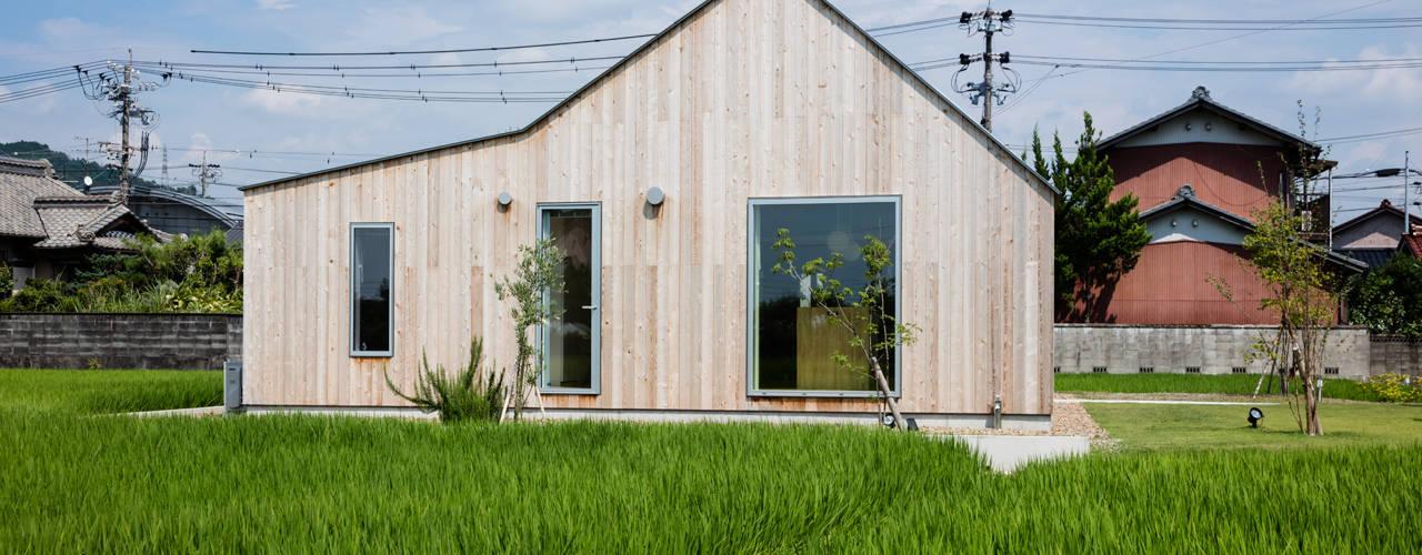 西側ファサード/夏: hm+architects 一級建築士事務所が手掛けた家です。