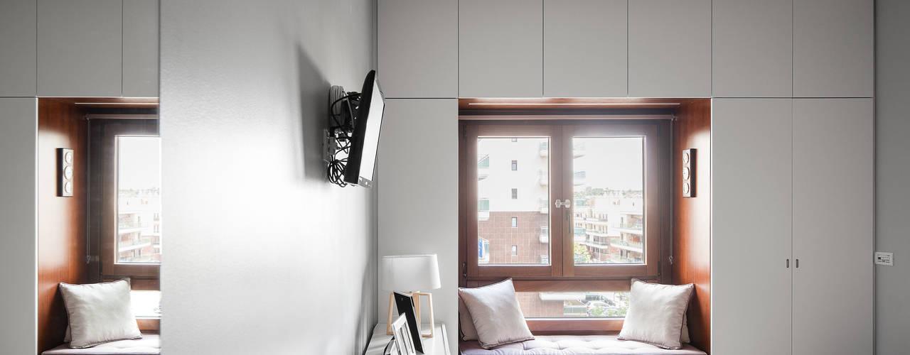 Apartamento Terraços da Ponte: Quartos ecléticos por Estúdio AMATAM