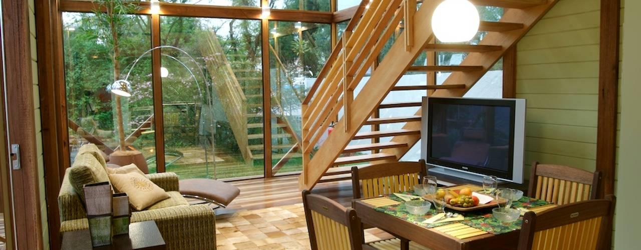 Медиа комната в тропическом стиле от Juliana Lahóz Arquitetura Тропический