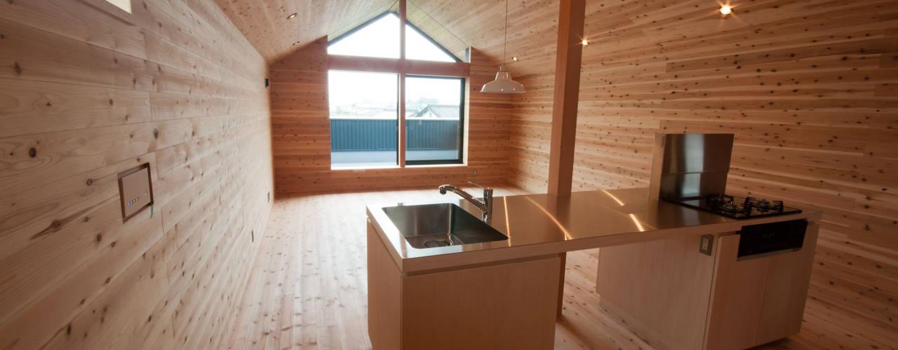 キッチンよりリビングダイニングを見る: FrameWork設計事務所が手掛けたキッチンです。