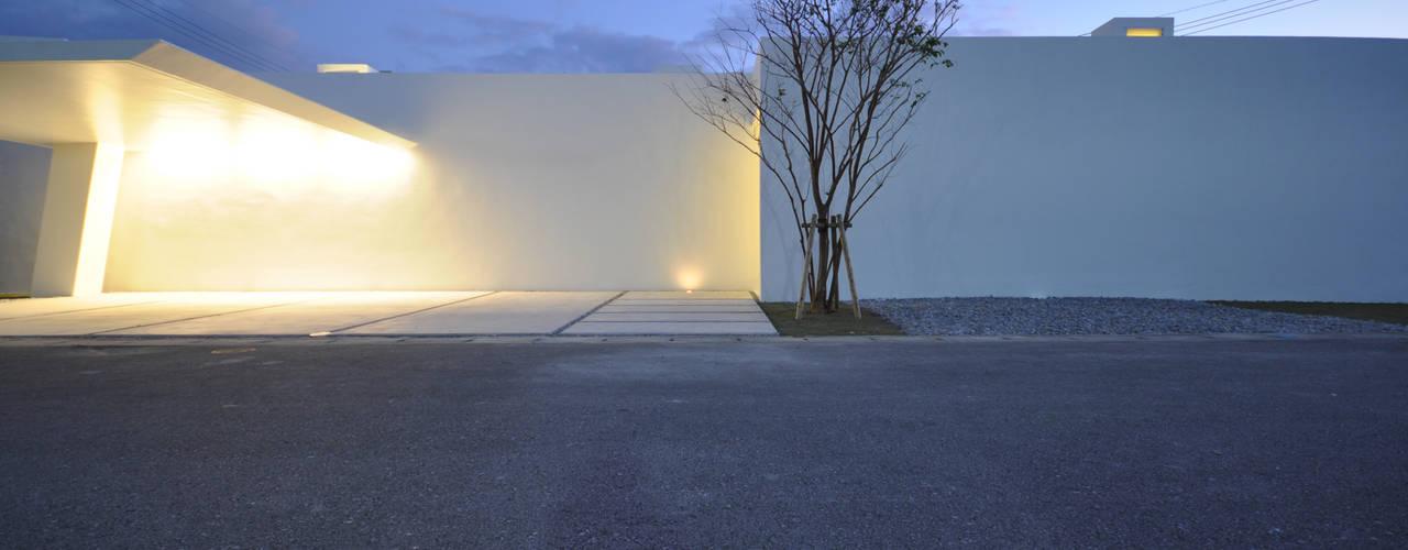 門一級建築士事務所 Casas modernas Concreto reforzado Blanco