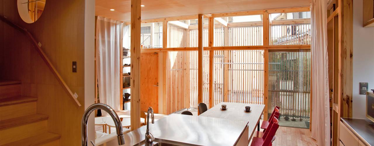 Столовая комната в стиле модерн от 水石浩太建築設計室/ MIZUISHI Architect Atelier Модерн