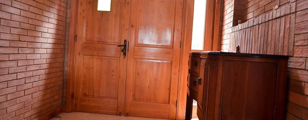 Puerta de acceso en madera de Lenga.: Ventanas de estilo  por Ignisterra