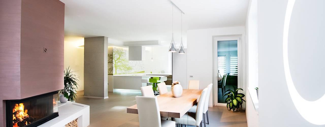 Ristrutturazione di un appartamento con arredi su misura Soggiorno moderno di Mangodesign Moderno