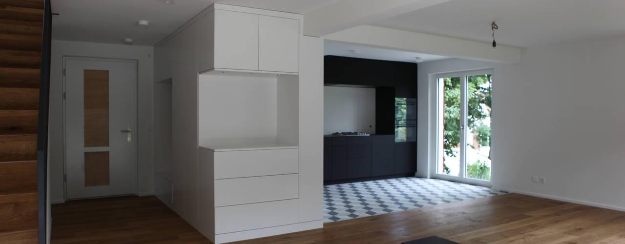 Küche und Wohnzimmer:   von Raumtakt Architekten GmbH