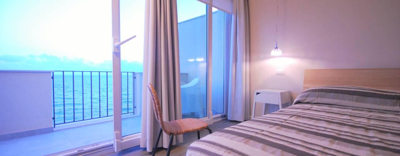 La mansarda sul mare: Camera da letto in stile in stile Mediterraneo di Viviana Pitrolo architetto