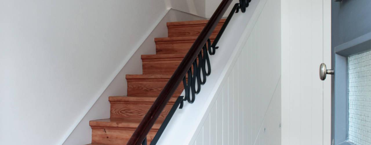 Sónia Cruz - Arquitectura Modern Corridor, Hallway and Staircase Wood