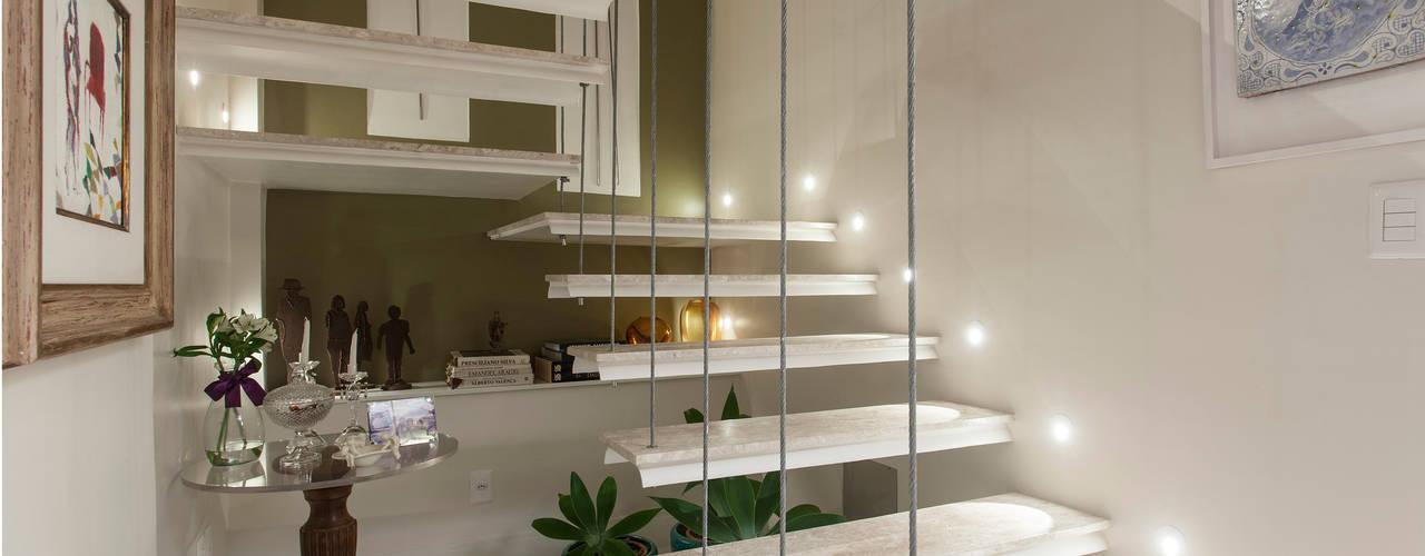 Pasillos, vestíbulos y escaleras de estilo moderno de Maria Julia Faria Arquitetura e Interior Design Moderno