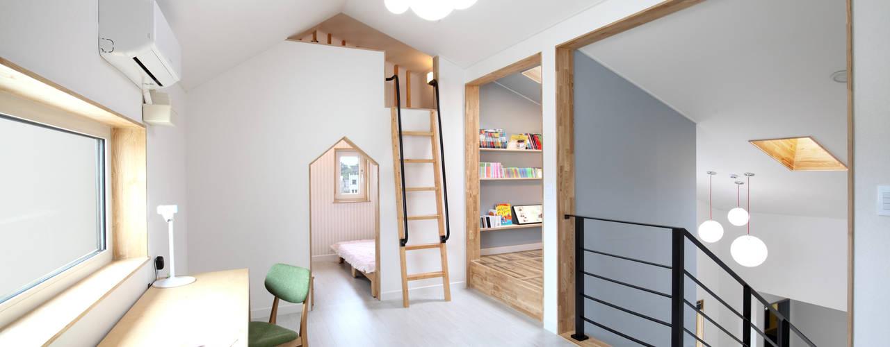 장성 - 세아이가 있는 하얀집 모던스타일 아이방 by 주택설계전문 디자인그룹 홈스타일토토 모던