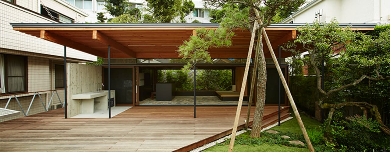大きな屋根のBBQハウス: すわ製作所が手掛けた庭です。,