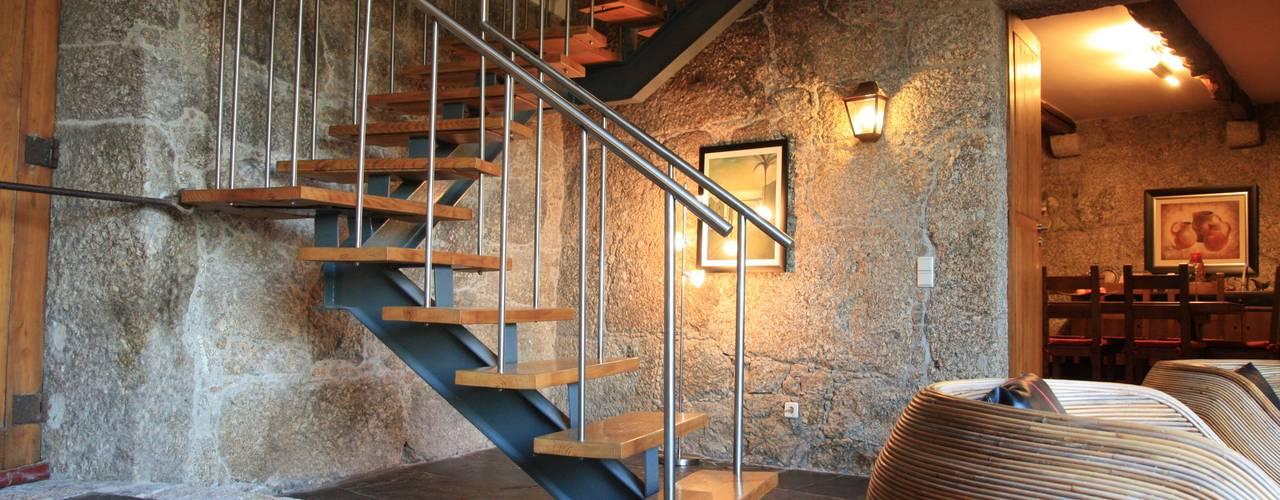 Casa em Famalicão | Reabilitação Urbana Corredores, halls e escadas modernos por Valdemar Coutinho Arquitectos Moderno