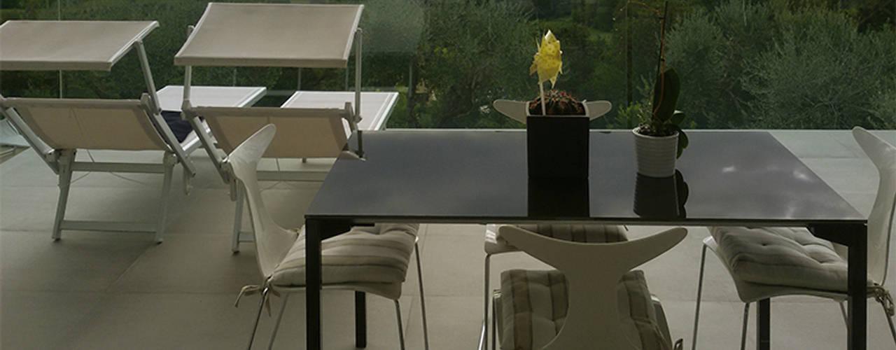 Villa classica in legno: Terrazza in stile  di Marlegno