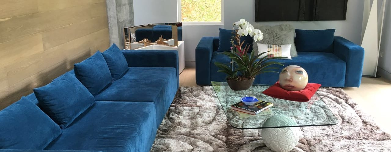 Salas de estar modernas por THE muebles