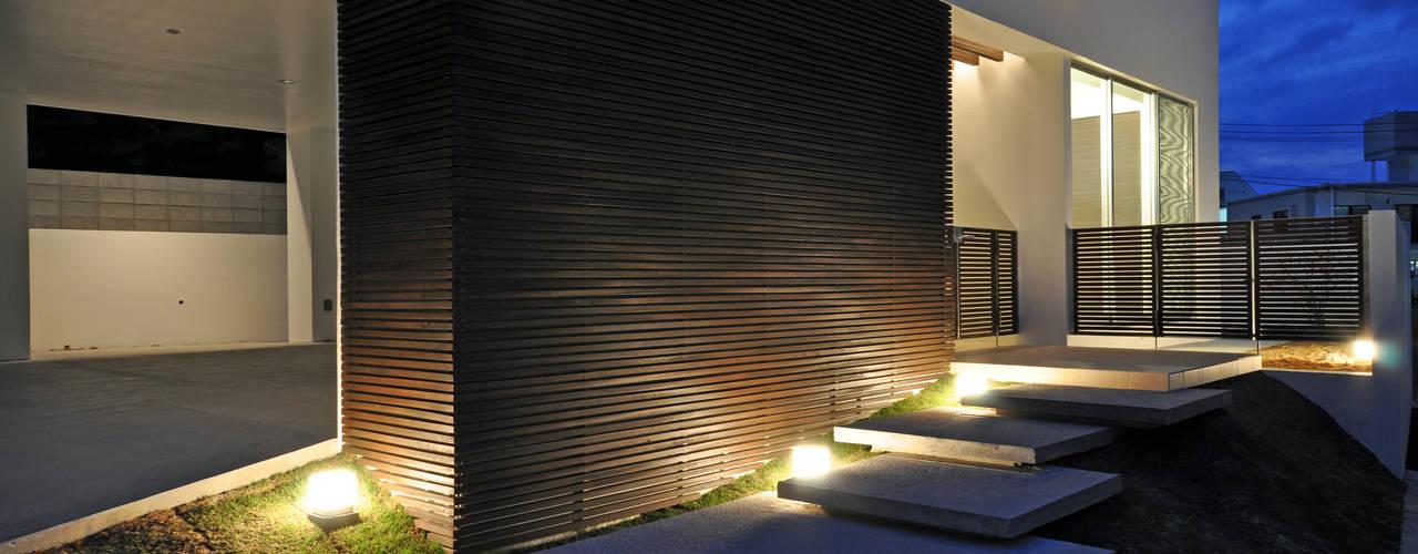 UCHR-HOUSE モダンな 家 の 門一級建築士事務所 モダン