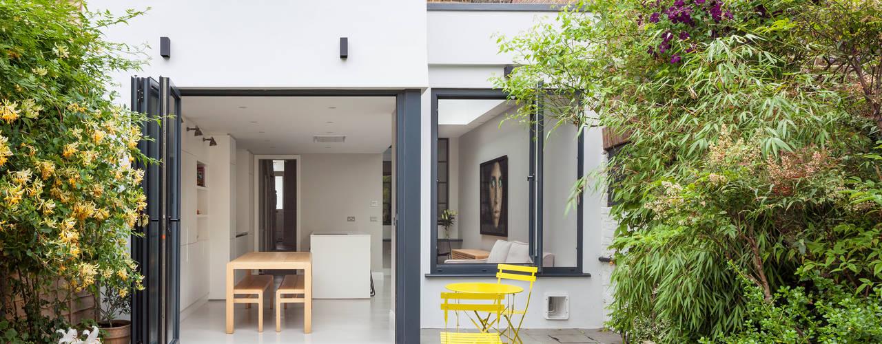 The Walls Have Eyes, 2016 Casas modernas: Ideas, imágenes y decoración de TAS Architects Moderno