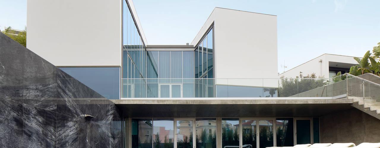 VILLA IN ESTORIL Casas modernas por GAVINHO Architecture & Interiors Moderno