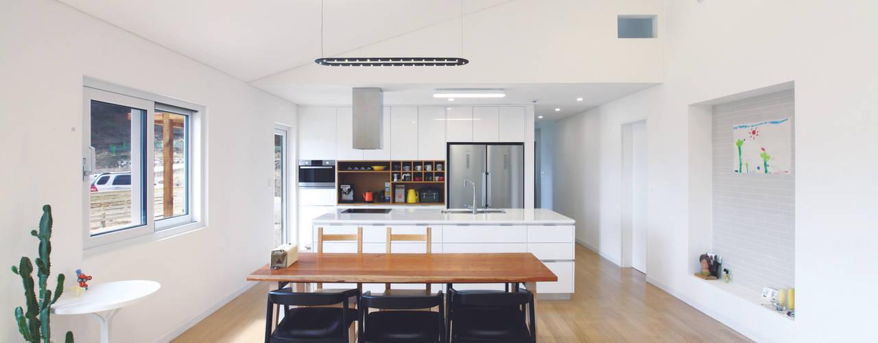 Столовая комната в стиле модерн от 춘건축 Модерн