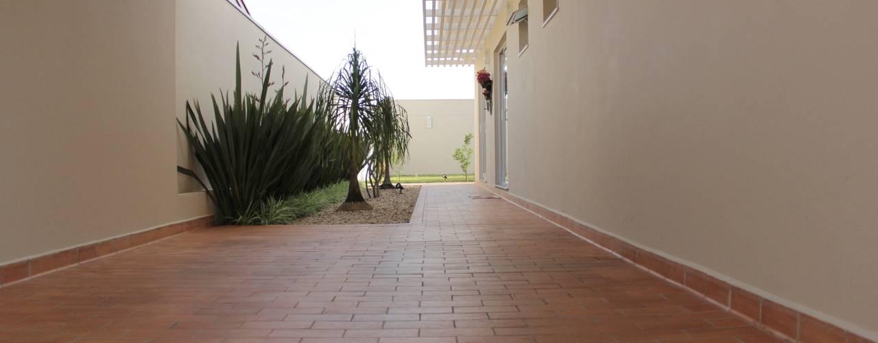 Couloir et hall d'entrée de style  par Lozí - Projeto e Obra