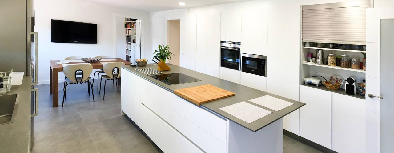 Cuisine de style de style Moderne par arqubo arquitectos