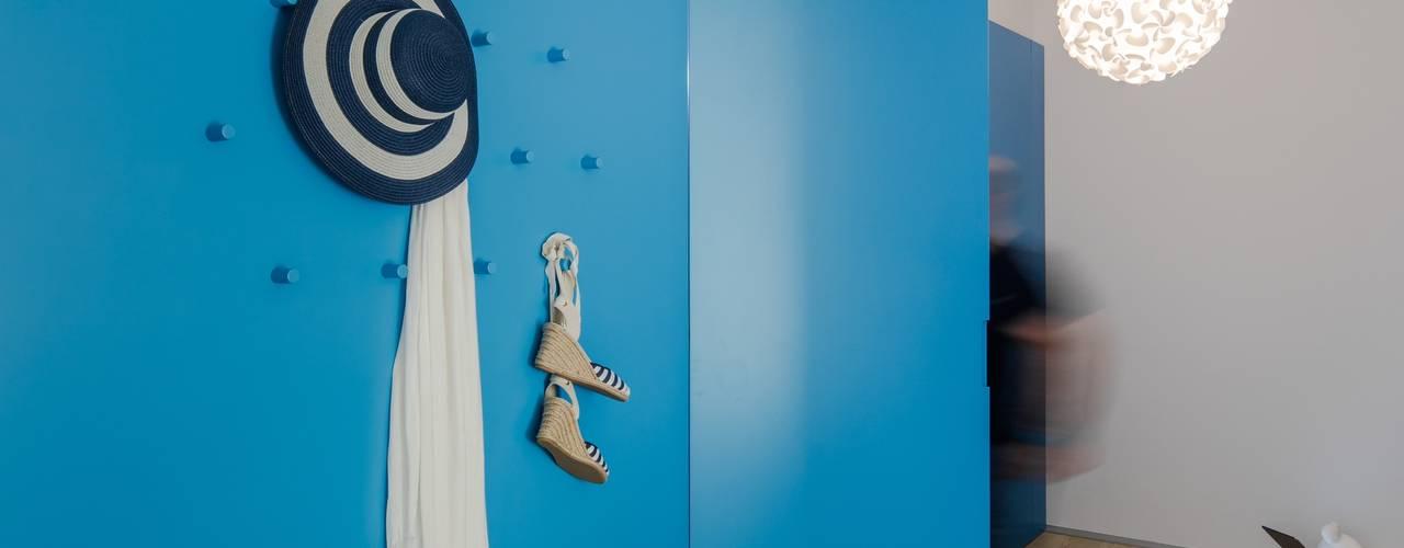 Apartamento em Caminha Tiago do Vale Arquitectos Corredores, halls e escadas ecléticos MDF Azul