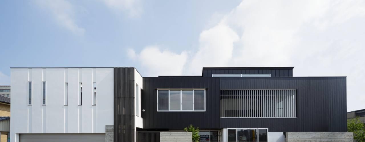 Eklektyczne domy od MITSUTOSHI OKAMOTO ARCHITECT OFFICE 岡本光利一級建築士事務所 Eklektyczny