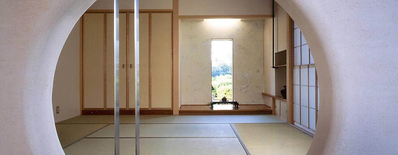 Salas de entretenimiento de estilo moderno de シーズ・アーキスタディオ建築設計室 Moderno
