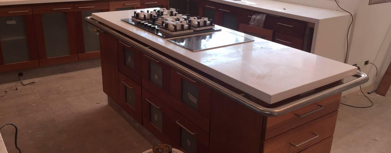 Remodelación de cocina; Cubierta en Cuarzo Beige; Muebles en Lamitech combinados con Vidrio.:  de estilo  por MueblesIVS