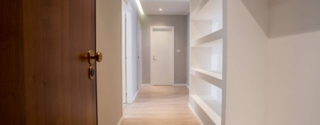 Corridor and hallway by MmArchi.  I  Monica Maraspin Architetto, Modern