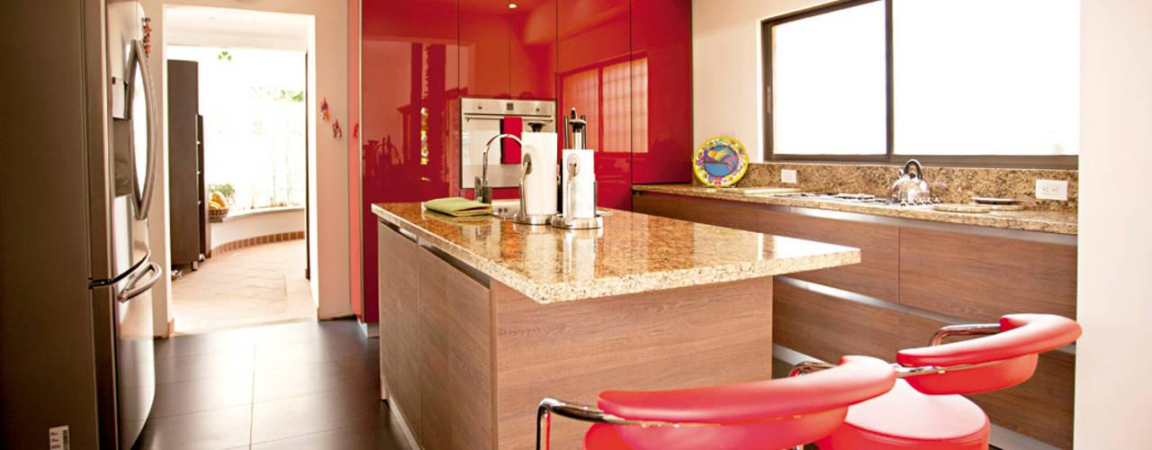 Destaque esas aplicaciones verticales con la calidad y el brillo de DuraGloss.: Cocinas de estilo  por FORMICA Venezuela