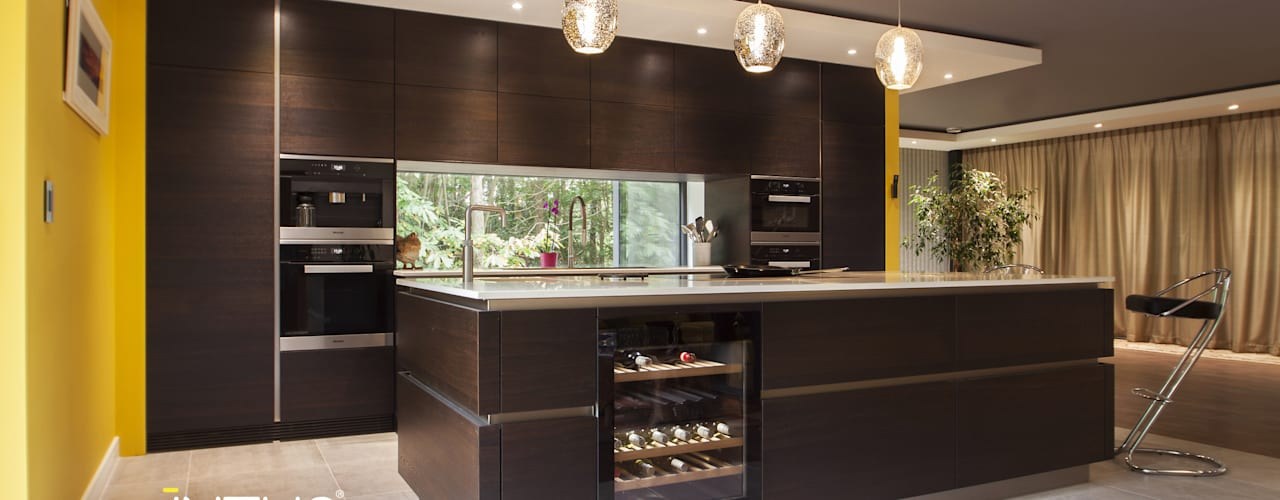Dark oak handleless kitchen Modern kitchen by Intuo Modern
