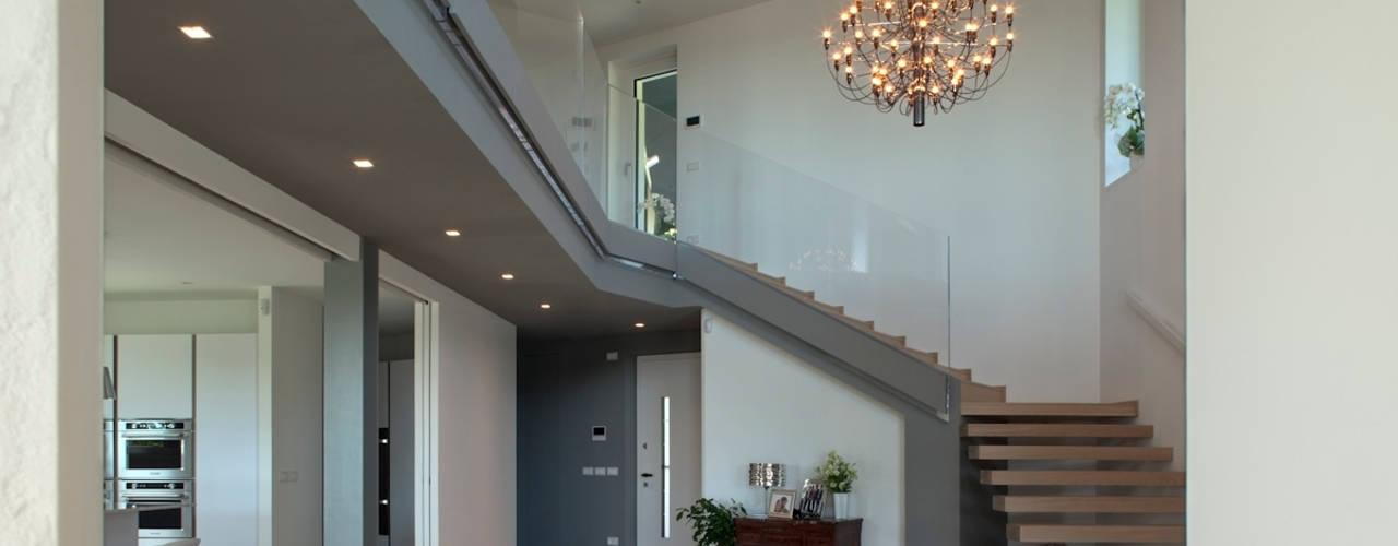 Pasillos, vestíbulos y escaleras modernos de iarchitects Moderno